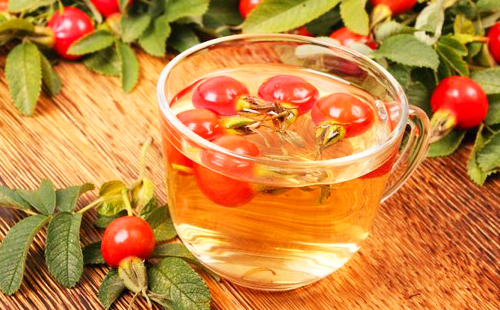 Алые ягоды плавают в золотом чае