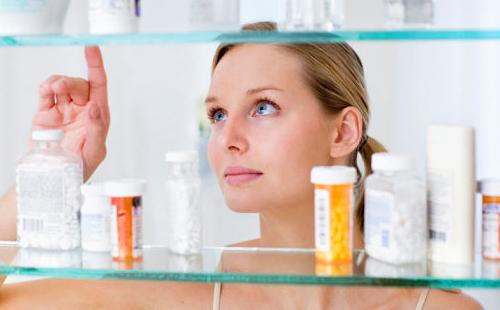 Женщина тщательно подбирает лекарства