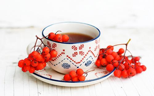 Ягодный чай в нарядной чашке