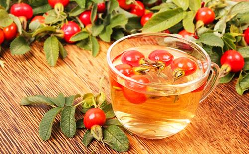 Ягоды рассыпаны вокруг чашки витаминного чая