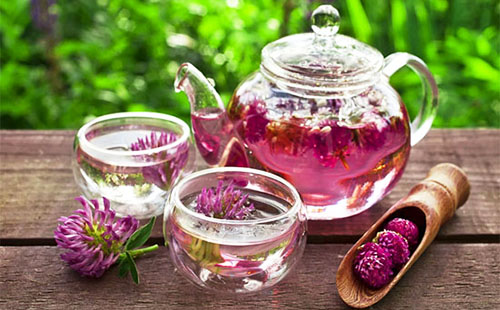 Чай из медового цвета в прозрачном сервизе