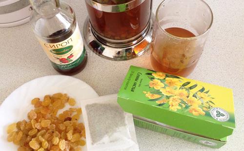 Коктейль из листьев, изюма и сиропа
