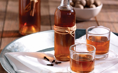 Бутылка и два стакана домашней настойки