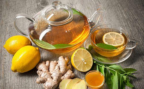 Чайник имбирного чая с лимоном и мёдом