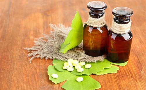 Гомеопатические гранулы и листья гинко билоба