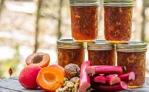 Баночки с вареньем из крыжовника и абрикосов
