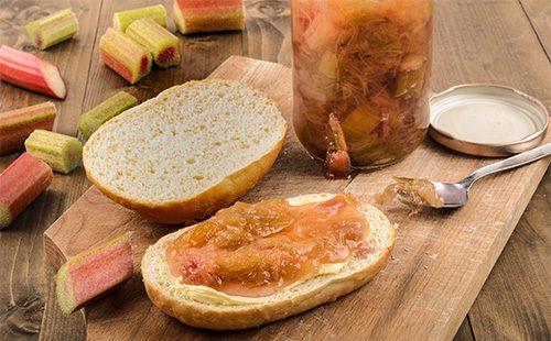 Варенье из ревеня, намазанное на хлеб