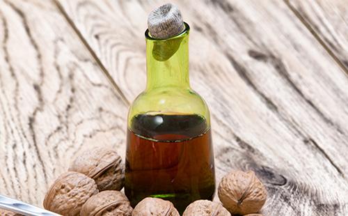 Настойка в бутылке и грецкие орехи