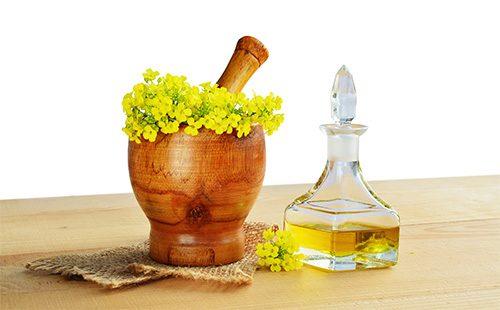 Желтые цветы в ступке и масло